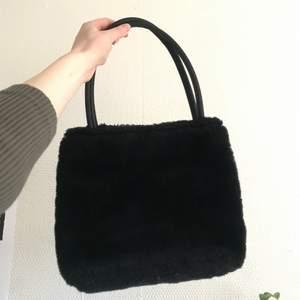 Svart fluffig väska 🦋