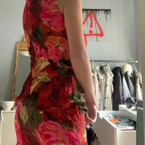 Så fin klänning, från hm. Stängs med hjälp av dragkjedeja på bak! Storlek 36 och nyskick! ❤️. (frakt betalar köpare! Rekommenderar alltdid spårbarr frakt, annars går det att fixa billigare ospårbar på vissa klädesplagg!)🥰
