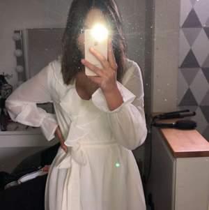 jag säljer min underbara klänning från NA-KD. som är slutsåld. skit fin i sommar eller avslutning, student. det är en storlek 34 men skulle säga att den passar en 36. använt den en gång och säljer pga den aldrig då kommer till användning.💗💗 priset kan diskuteras vid snabb affär. ordniarie pris: 399kr