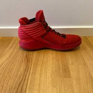 Air Jordan red/black size eu 42 skickas med OG box. Använda men fortfarande i gott skick