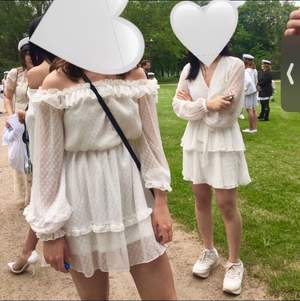 Jättefin studentklänning (den till vänster på bilderna)🥰 Använd en gång. Nypris 600kr
