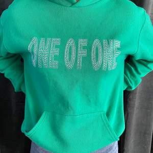 Jag säljer denna one of one hoodien. Som jag köpte i sommras i deras pop up store. Den är i mycket bra skick och är sparsamt använd. Alla stenarna/diamanter är kvar.
