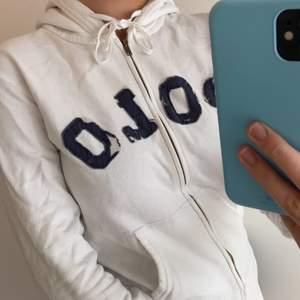 Säljer denna vita Polo Ralph Lauren zip-up hoodien i storlek s (texten är marin blå).  Den är i okej skick (kan skicka närmre bilder vid intresse). Köpt i usa för några år sen och använt hyfsat många gånger. Passar till mycket och är bra att använda när de blir kyligare. Hör av dig vid intresse så kan pris diskuteras🤍