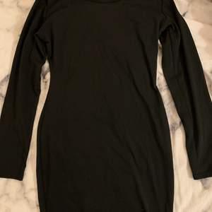 En svart kort långärmad klänning perfekt till fest eller mer vardagliga tillfällen beroende på hur man stylar den. Man får SÅ fina kurvor i den här klänningen, den verkligen framhäver det bästa. Säljer då den aldrig kommit till användning, den är endast provad. Storleken är XXS men jag skulle säga att den funkar för XS-S med, åtminstone för mig :)🤍