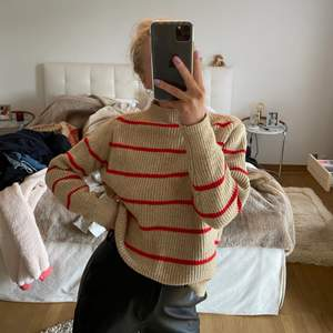 Säljer denna oanvända stickade tröja. Den är i storlek S men oversized. Så fin vardagströja.
