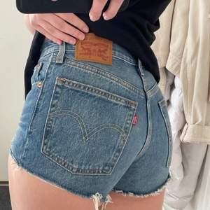 Levis shorts modell 501 💖💕 supersnygga till sommaren!! Säljer pga att jag har vuxit ur dem och att jag inte använder shorts längre.