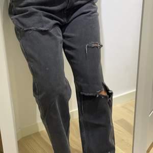Ett par SKITSNYGGA jeans som tyvärr är för stora för mig, har klippt dem själv, köpa på ASOS. Jag är 157 cm och dem går över foten på mig, storlek 30/32 - en stor S eller M skulle jag säga, köpts för 400 säljer för 100kr