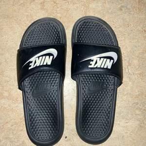 Nike tofflor