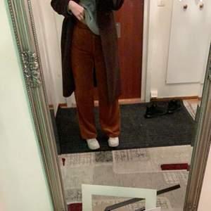 säljer mina skit snygga manchester byxor som jag inte minns vart jag köpt dom ifrån. skit snygg brun färg. är 168 o h dom kommer ner till ankeln på mig.  200+50kr frakt. köptes för 300kr