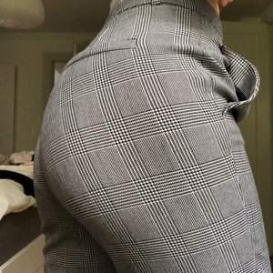 Snygga rutiga slacks/kostymbyxor från Zara. Sitter tyvärr inte som jag hade hoppats på mig, är 169. Storlek 34 men säker på att den kan passa 36 och troligtvis 38 då de känns rätt stora!                                             Möts upp i Växjö ev. Göteborg eller postar 🌼💫