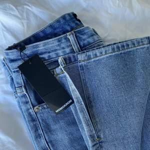 Dessa jeans är helt oanvända, lapp finns kvar. Fin blå färg som framhävs bäst på första bilden, slits nertill! Storlek 36, de är perfekta i längden på mig som är 175cm!