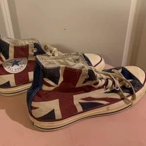 Säljer dessa Converse i storlek 38 med ett coolt mönster på. Skorna är använda men efter en tvätt så ser dom nästan ut som nya. Kan tvättas innan postningen eller så får köparen tvätta skorna. Dom är väl använda men är inte trasiga någonstans alls.