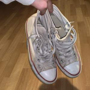 Vita snygga converse, ganska fräscha men lite smutsiga. Tvättar innan jag skickar dom, dom är för små för mig. Kom privat för mer info😁