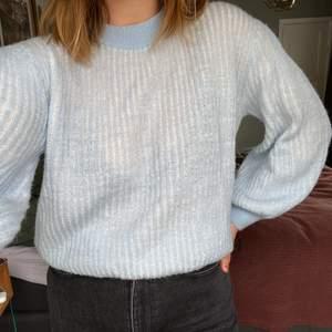 Första bilden ger mest rättvisa år färgen! Ljusblå/pastell ribbad stickad tröja. Puffärmar och högre krage runt halsen.  Köpt på MQ från märket Visual Clothing. Frakt tillkommer!📦