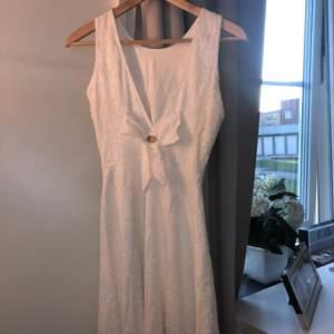 Säljer en jätte fin vitt klänning som passar så fint till student. Använd endast 2 gånger i några timmar och är tvättad och helt ny. Säljer pågrund av att jag inte använder den längre. Skriv gärna vid intresse av fler bilder.