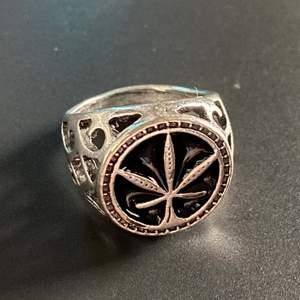 En dope ring, kommer tyvärr inte till användning. För fler bilder eller eventuella frågor kontakta mig 😊