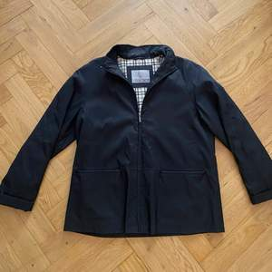 Fin jacka som passar bra till vår/sommar. Den är ganska stor står storlek 46, skulle säga att den typ är M - L. Inte så varm