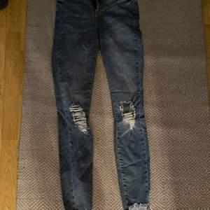 Fina byxor med hål. Säljs för att dem är alldeles för små. Storlek: 36. Pris: 150kr+frakt 💖