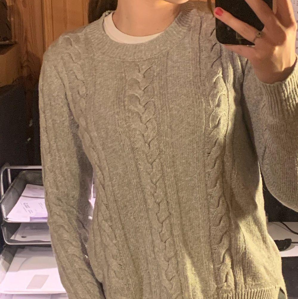Säljer denna gråa virkade tröjan ifrån Lindex. Köpte den för länge sen men kom aldrig till användning så den är nästan som ny. Den har en liten slits på varje sida. Materiellt är väldigt tunt men ganska tungt och känns inte så billigt. . Stickat.