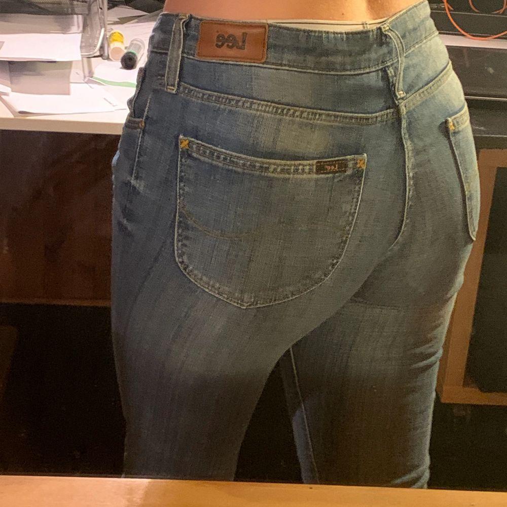 Ett par Lee jeans i storlek W30 L31. Dom är ljusblåa och thigta i benen. Jag är cirka 170 lång och längden är perfekt. Dom är lågmidjadd men sitter inte löst i midjan som många lågmidjade byxor gör. Dom är knappt använda och int utslitna alls. . Jeans & Byxor.