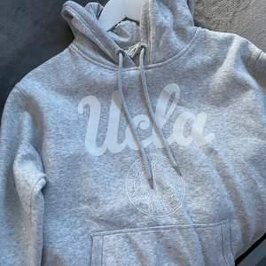 Jätte fin ucla hoodie, köpt här på Plick men har tyvärr inte kommit till användning hos mig. Är i storlek M men skulle nog säga att den passar en S bättre