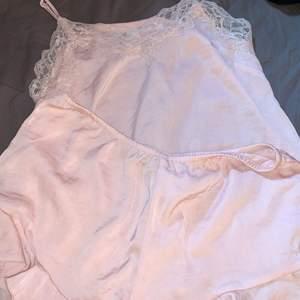 Pyjamas från hm fint skick, tyget är siden och den är rosa det är både en underdel med volanger och en överdel med spets
