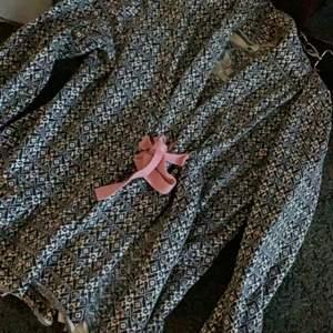Superfin odd Molly kofta som är vit/blå med rosa snöre. Superfint skick inga skador. Storlek 2 (S-M).