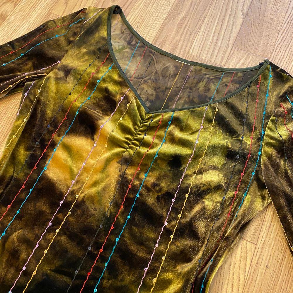 En jättefin unik långärmad tröja, lapperna med märket, storlek och materialet är bortklippta. Velvetliknande material. I toppenskick! Skulle säga det är en Medium. Spårbar frakt på 66kr är inräknad i priset. . Tröjor & Koftor.