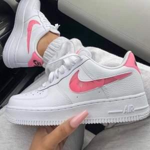 """Säljer dessa coola, helt nya & oanvända Nike Air Force 1 """"Love For All"""". Finns i storlek 36, 36,5, 37, 37,5, 38, 40. Köpta från Zalando, kvitto kan uppvisas! Skickas spårbart & dubbelboxat på köparens bekostnad. Skriv privat om fler bilder önskas! Vid stort intresse blir det budgivning."""