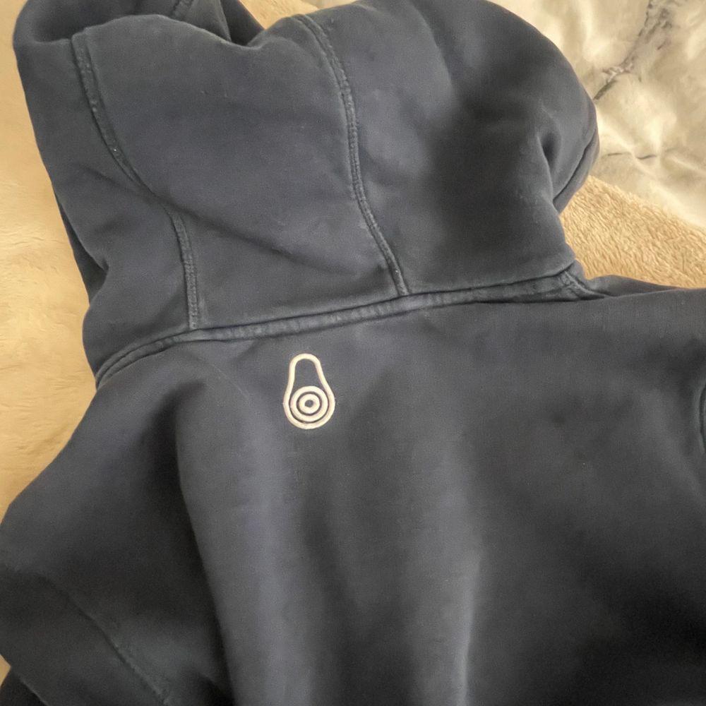 Se bild 3 för litet hål på höger arm, går att sy ihop och inget som syns, jag står för frakt möts även upp. Huvtröjor & Träningströjor.