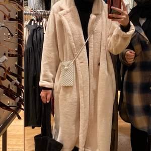 En fin vit/beige jacka. Det är snart sommar och jag vill få ut alla vinterkläder från min garderob, passa på att köpa😌😄