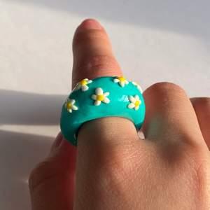"""En ljusblå ring med små vita blommor som även kan matchas med vår """"Mini Octopus""""-ring! 🔆💙🌼🤍 (Lite tjockare i design) ~FINNS I ALLA STORLEKAR & FÄRGER~"""