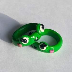 Den jättepopulära 🐸-ringen med rosa hjärtkinder💓 (FINNS I ALLA STORLEKAR)