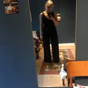 """Intressekoll på denna """"kostym"""" svart, jumpsuit med gulddetaljer framme vid bröstet. Jag har storlek 75A i bh och är 1,72 lång."""