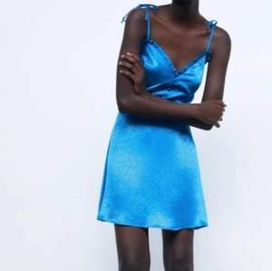 Lägger upp min suuuper fina zara klänning igen, säljer för behöver pengarna ❣️ Klänningen säljs inte längre💓  helt nyskick och passar XS-S, buda från. 150 eller köp direkt för 350 INKLUSIVE frakt! Högsta bud ❌150❌