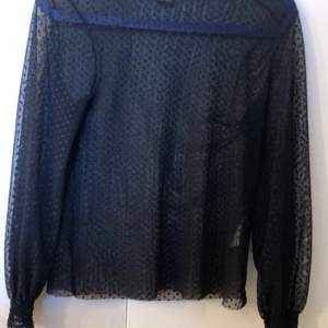Fin prickig genomskinlig tröja från Ginatricot. Är storlkek S men passar M också. Har använt 1 gång. Köptes för 299kr säljer för 100kr ink frakt