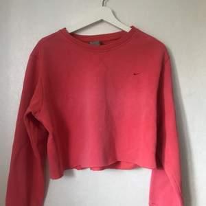 Vintage Röd cropped sweatshirt från Nike. Aldrig använd.