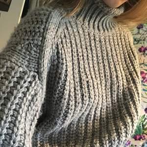 Fin grå stickad tröja, i väldigt tjock stickning. Köparen står för frakt 😘
