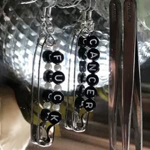 """Örhänge med svarta pärlor med texten """" fuck cancer"""" och vita runda pärlor 🟢finns i lager"""