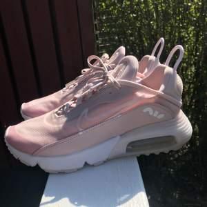 Helt nya rosa Nike Air Max 2090. Endast testade 1 gång. Säljer pga tyvärr för liten storlek för mig. Skolåda tyvärr slängd då jag fick dom i julklapp. Storlek : 38,5.  Priset kan vi diskutera :)
