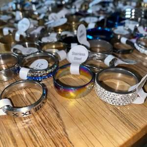 100 olika vintage och fashionringar till salu som är splitternya och billiga! Beskriv vilken ring du är ute efter så tar jag fram alla som passar din beskrivning! Pris 20-80kr beroende på vilken ring du vill köpa. Frakt 15kr. Swish gäller.