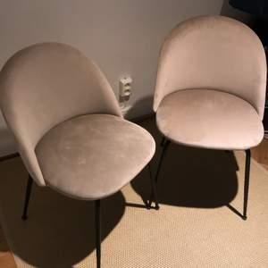 Två stycken stolar i beige sammetsliknande material. Minns ej märke. Kommer tyvärr inte till användning. Nypris 800 kr/st dvs 1600 kr tillsammans. Säljer för 300 kr/styck eller båda för 500 kr. Hämtas på södermalm i Stockholm.