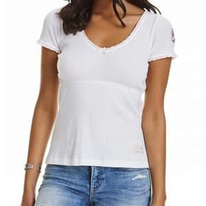 Jättefin odd Molly topp/T-shirt i vit, säljs pga att den inte används längre. Väldigt sparsamt använd. Är i storleken 0 vilket motsvarar XS men passar även en S. Köptes för ca 600kr. (Första bilden är lånad)