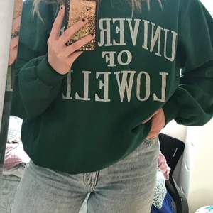 Intressekoll på min snygga gröna collegetröja, som kan säljas om jag får ett bra bud. Köpt på secondhand och är i väldigt fint skick. Skriv vid intresse/ fler bilder 💗