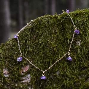 Kort halsband med ametist 🪐 Kristallerna är i varierande storlek och form, kedjan är ungefär 38 cm lång och i materialet förgyllt järn. Jag kan förkorta halsbandet om så önskas! ✨ Halsbandet levereras i en fin liten presentpåse. Frakt på 12kr tillkommer 🌞