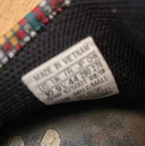 Ett par human rece skor i storlek 44. Jag Köpte dom för 3000kr Använda fåtal gånger. Kontakta vid köp och om du vill ha fler bilder på skorna💞