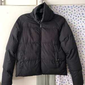 svart vinterjacka med hög krage :)
