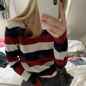 Säljer den här fina randiga sweatshirten då den inte riktigt kommer till användning i min garderob längre
