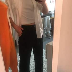 Svarta byxor från Carin Wester, i storlek 38. Jag är ca 172cm och måste säga att de sitter mycket bättre på någon som är kortare! Nu kan de bli dina😜