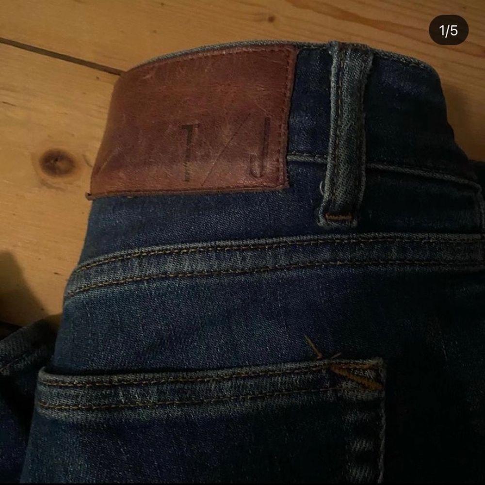 Säljer nu mina jätte fina jeans då dem tyvärr aldrig kommer till användning längre!. Jeans & Byxor.